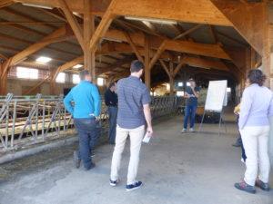 discussion entre un conseiller agricole et des agriculteurs